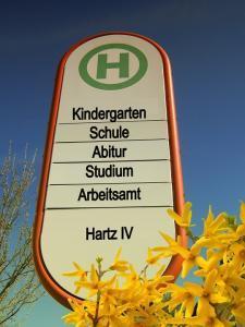 3.4 Raus aus dem Jobcenter, rein in die Arbeit - Hartz IV Adé!, Jobcenter-Arbeit-Bushaltestelle-225x300