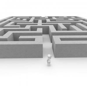 Rentenversicherung Inflation Figur vor Labyrinth