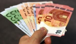 Krankenversicherung Aktien Geldscheine Hand Beitrag