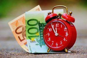 Geldscheine und Wecker, Tagesgeldkonto
