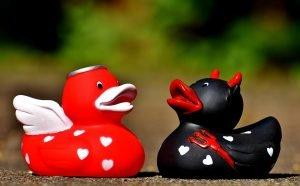Engel und Teufel Quietscheentchen Engel links, Teufel rechts: privat für die Rente vorsorgen, ja oder nein?