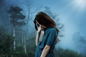 Einsamkeit: sich einsam fühlen und alleine sein, Einsamkeit-Alleine-sein-vs.-einsam-fühlen-was-tun-gegen-Einsamkeit-Frau-Depression-300x200