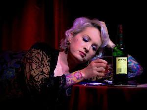 Alkoholikerin, einsamkeit, Alleine sein vs. einsam fühlen, was Einsamkeit aus Menschen macht, was tun gegen Einsamkeit, was tun bei Einsamkeit, Frau