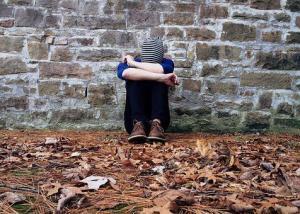 Mauer, einsamkeit, Alleine sein vs. einsam fühlen, was Einsamkeit aus Menschen macht, was tun gegen Einsamkeit, was tun bei Einsamkeit, Person