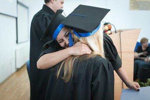Absolventinnen Absolventen gratulieren sich nach dem Studium